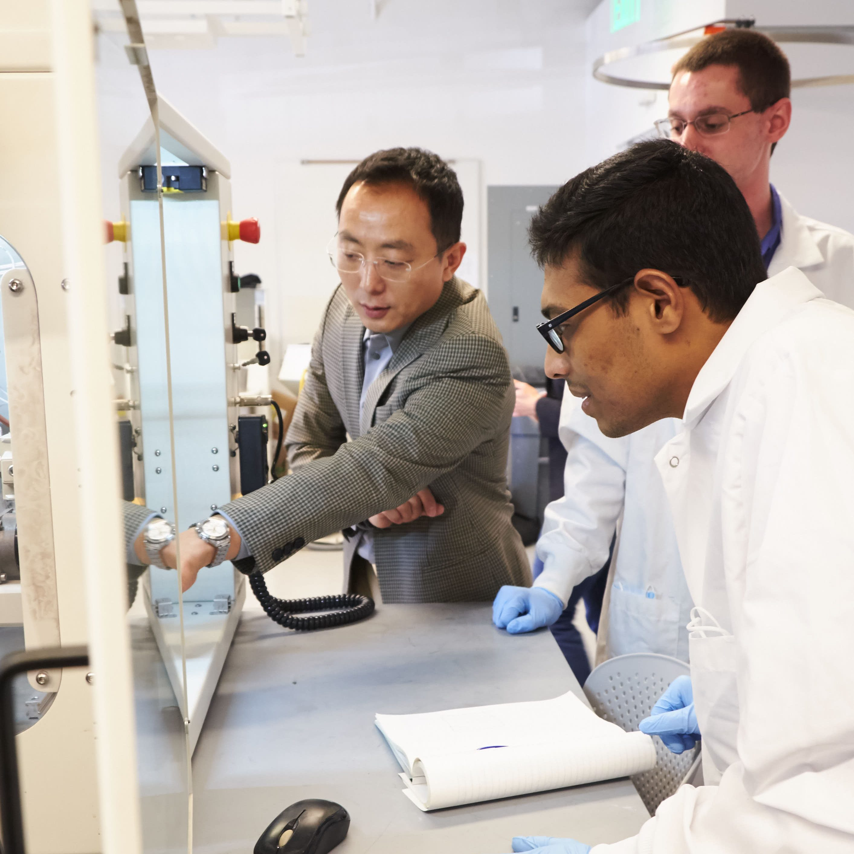 Dr. Ahn teaching in the COMER Lab.